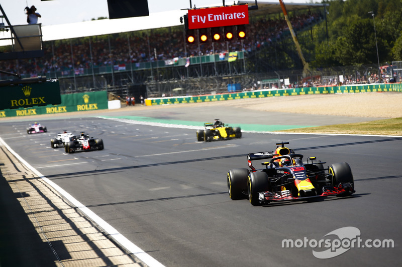 Daniel Ricciardo, Red Bull Racing RB14, leads Nico Hulkenberg, Renault Sport F1 Team R.S. 18, Romain Grosjean, Haas F1 Team VF-18, and Marcus Ericsson, Sauber C37, for practice starts at the end of the session