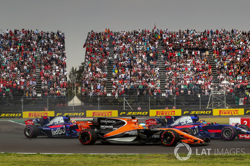 Fernando Alonso, McLaren MCL32 battles with Brendon Hartley, Scuderia Toro Rosso STR12 and Pierre Ga