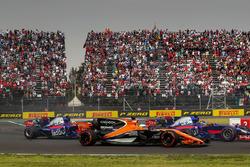 Старт гонки: Фернандо Алонсо, McLaren MCL32, Брендон Хартли, Scuderia Toro Rosso STR12, и Пьер Гасли, Scuderia Toro Rosso STR12