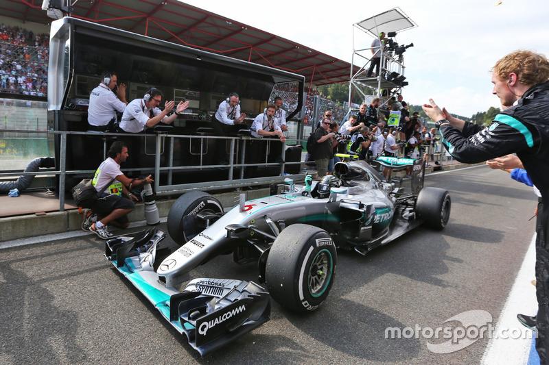 Победитель - Нико Росберг, Mercedes AMG F1 празднует