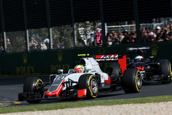 Эстебан Гутьеррес, Haas F1 Team VF-16 и Фернандо Алонсо, McLaren MP4-31