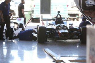 A.J. Foyt Enterprises la tripulación trabaja en el garaje