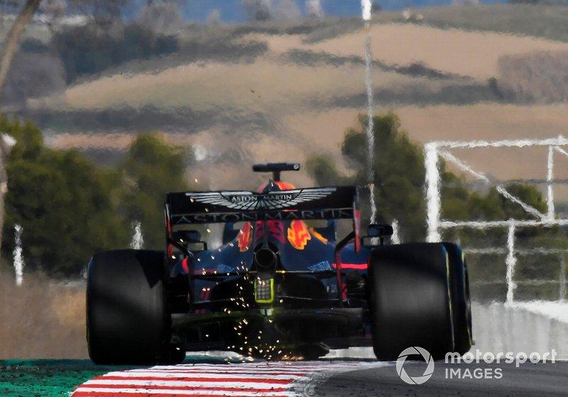 Pierre Gasly, Red Bull Racing RB15, fait des étincelles sur un vibreur