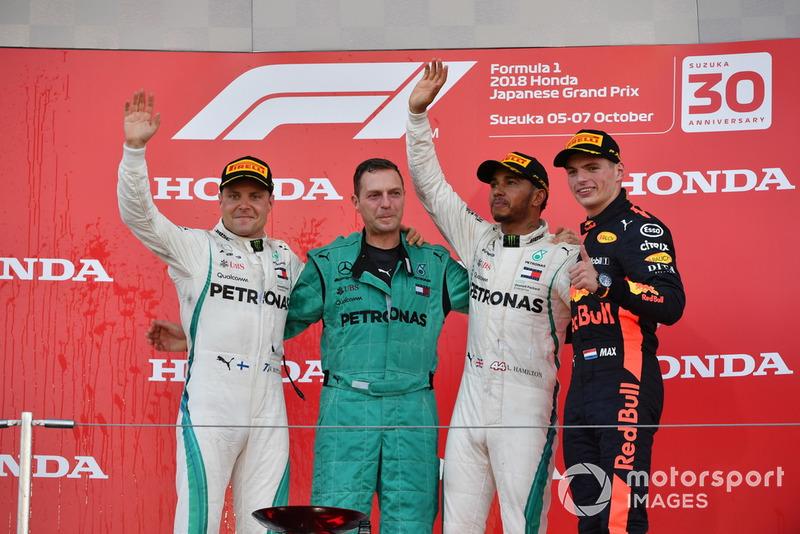 Валттері Боттас, Mercedes AMG F1, Метт Дін, головний механік Mercedes AMG F1, Льюіс Хемілтон, Mercedes AMG F1, Макс Ферстаппен, , Red Bull Racing, святкують на подіумі