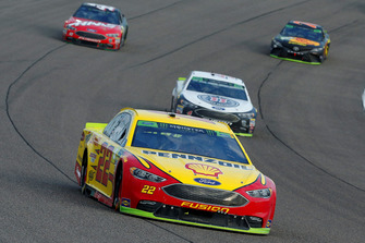 Joey Logano, Team Penske, Ford Fusion Shell Pennzoil and Kevin Harvick, Stewart-Haas Racing, Ford Fusion Jimmy John's