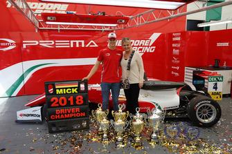 Il Campione Mick Schumacher, PREMA Theodore Racing Dallara F317 - Mercedes-Benz, con la madre Corinna Schumacher