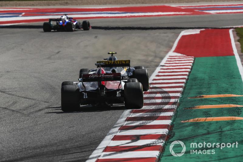 Marcus Ericsson, Sauber C37 e Carlos Sainz Jr., Renault Sport F1 Team R.S. 18