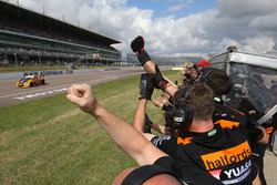 Race winner Gordon Shedden, Halfords Yuasa Racing
