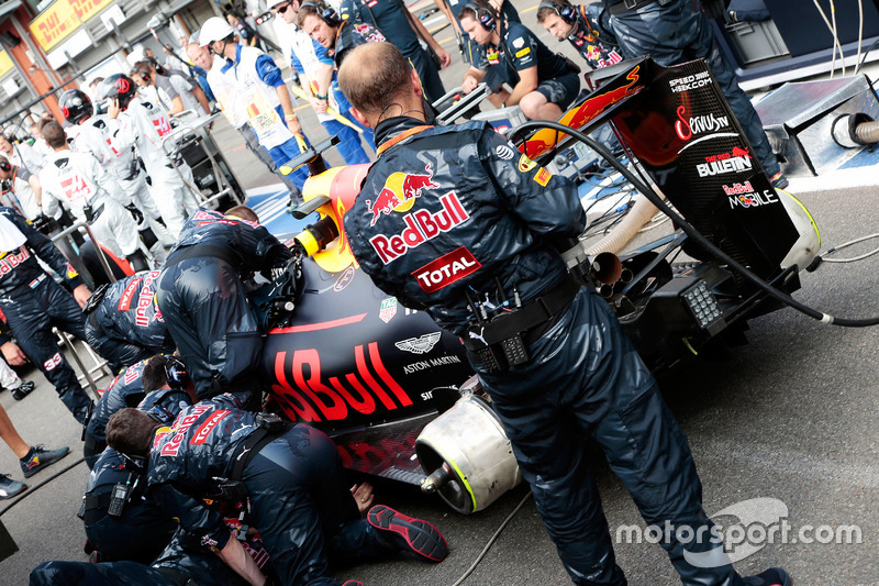 Max Verstappen, Red Bull Racing RB12 ai box mentre la gara è sospesa