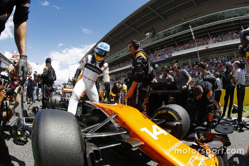Fernando Alonso, McLaren MCL32, sale de su coche