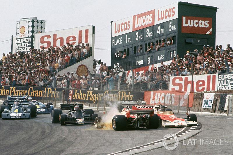 L'incidente tra Clay Regazzoni, Ferrari 312T2 e James Hunt, McLaren M23
