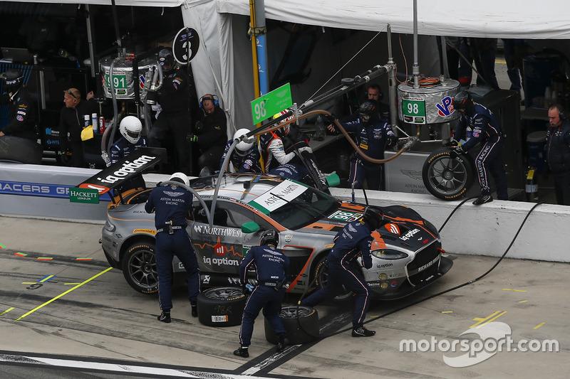 #98 Aston Martin Racing Aston Martin Vantage GT3: Paul Dalla Lana, Mathias Lauda, Pedro Lamy, Marco Sorenson, pit action