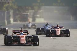 Фернандо Алонсо, McLaren MCL32, и Карлос Сайнс-мл., Scuderia Toro Rosso STR12