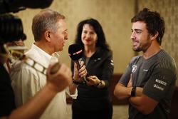 Фернандо Алонсо спілкується з медіа після оголошення про виступ у Інді- 500 2017 року за кермом боліду McLaren Honda команди  Andretti Autosport
