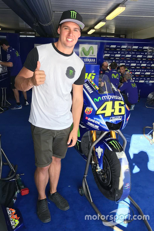 Cameron Waters dans le garage Yamaha
