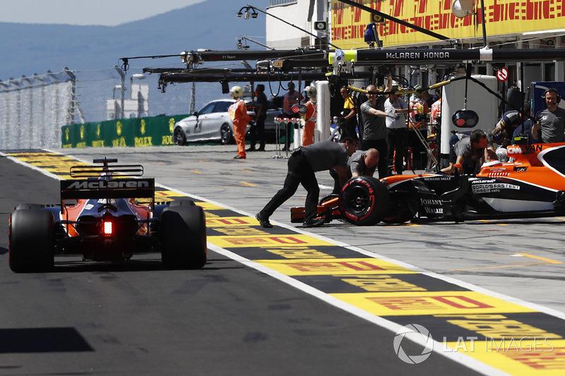 Фернандо Алонсо, McLaren MCL32, Стоффель Вандорн, McLaren MCL32, біля боксів