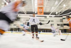 Valtteri Bottas, Mercedes AMG F1 jugando a hockey sobre hielo