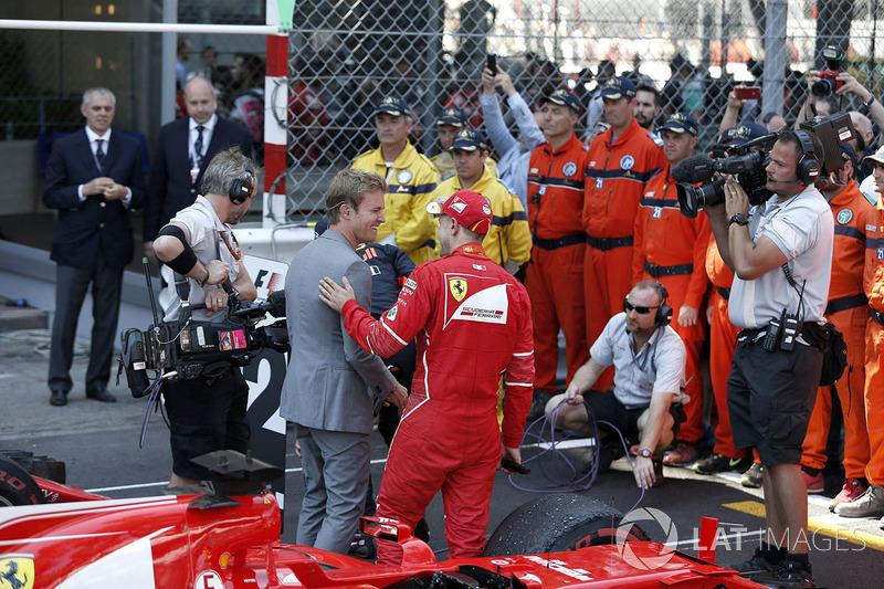 Переможець Себастьян Феттель, Ferrari спілкується з Ніко Росбергом, послом Mercedes-Benz