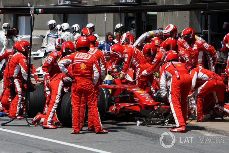 Фелипе Массе крупно не повезло: из-за сбоя заправочной машины бразильцу пришлось совершать два пит-стопа. В итоге Фелипе откатился на последнее место
