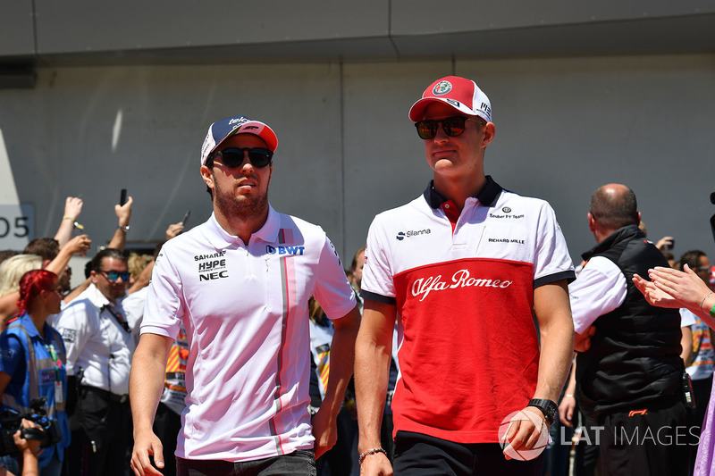 Sergio Perez, Force India and Marcus Ericsson, Sauber on the drivers parade