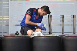 Meccanici della Scuderia Toro Rosso e le gomme Pirelli