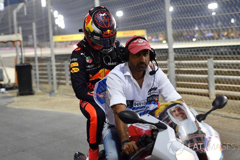 Max Verstappen, Red Bull Racing se estrelló en Q1 y  es llevado en una moto