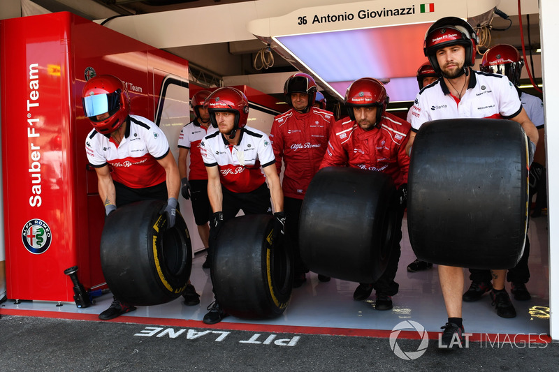 Sauber mechanics and Pirelli tyres