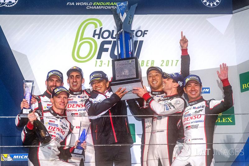 Podio: ganadores Anthony Davidson, Sébastien Buemi, Kazuki Nakajima, Toyota Gazoo Racing