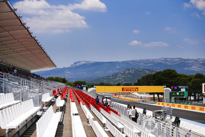 La vista desde la tribuna hasta la primera curva