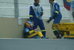 Fernando Alonso, Renault Renault F1 Team R23, siede a terra accanto alla sua monoposto incidentata