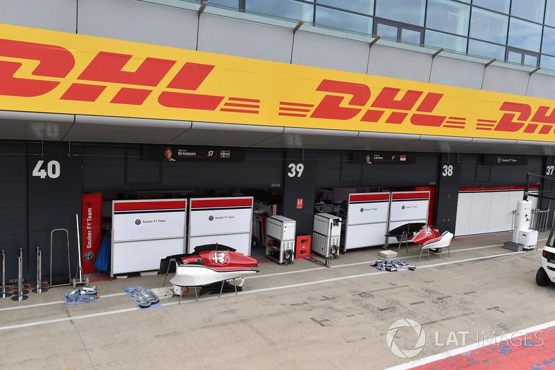 Des écrans devant le garage Sauber