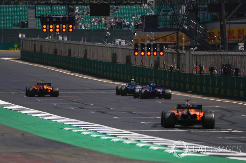 Stoffel Vandoorne, McLaren MCL33, Valtteri Bottas, Mercedes AMG F1 W09, Brendon Hartley, Toro Rosso STR13, y Fernando Alonso, McLaren MCL33, alineación para la práctica de salida
