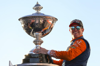 Ganador Scott Dixon, Chip Ganassi Racing Honda, con la copa Astor