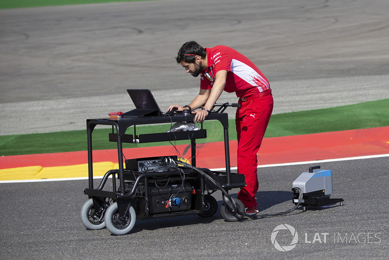 Un ingegnere Ferrari in pista con uno scanner