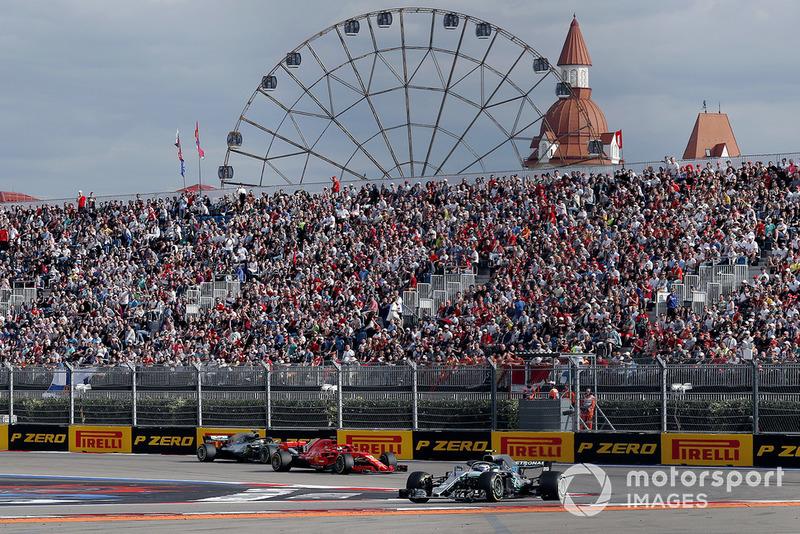 Valtteri Bottas, Mercedes AMG F1 W09 y Sebastian Vettel, Ferrari SF71H y Lewis Hamilton, Mercedes AMG F1 W09