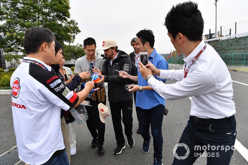 Fernando Alonso, McLaren firma autógrafos para los fans