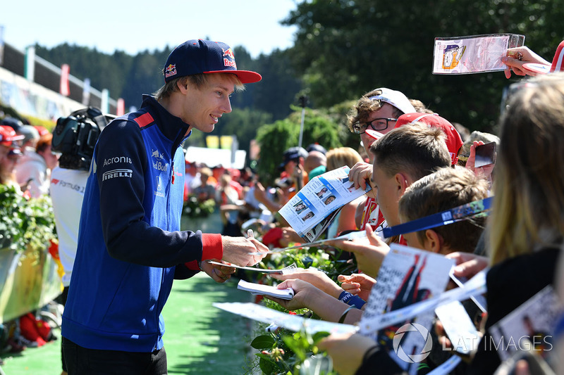Brendon Hartley, Scuderia Toro Rosso signs autographs for the fans