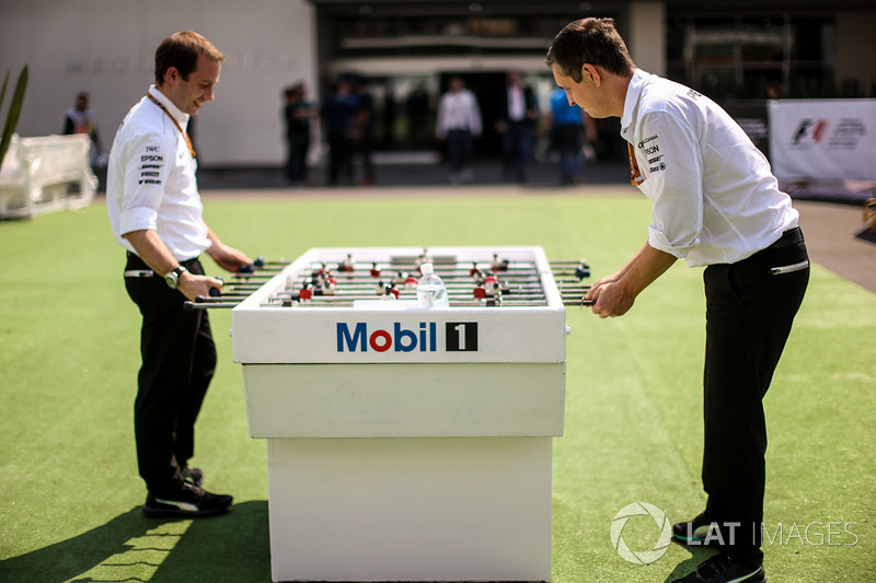 Mercedes AMG F1 Ingenieros juegan futbolito de Mobil