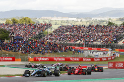 Valtteri Bottas, Mercedes AMG F1 W09, Kimi Raikkonen, Ferrari SF71H, Max Verstappen, Red Bull Racing RB14, the remainder of the field