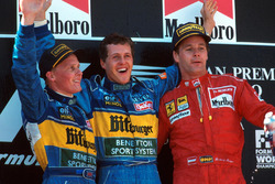 Podium : le vainqueur Michael Schumacher, Benetton, le second Johnny Herbert, Benetton, le troisième Gerhard Berger