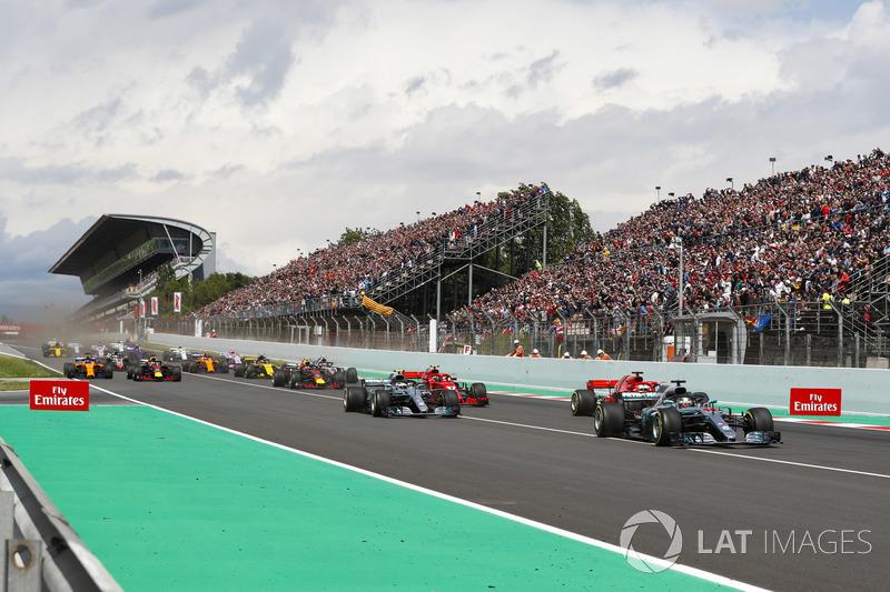 Start: Lewis Hamilton, Mercedes AMG F1 W09, leads Sebastian Vettel, Ferrari SF71H, Valtteri Bottas, Mercedes AMG F1 W09, Kimi Raikkonen, Ferrari SF71H, Max Verstappen, Red Bull Racing RB14 and the rest of the pack
