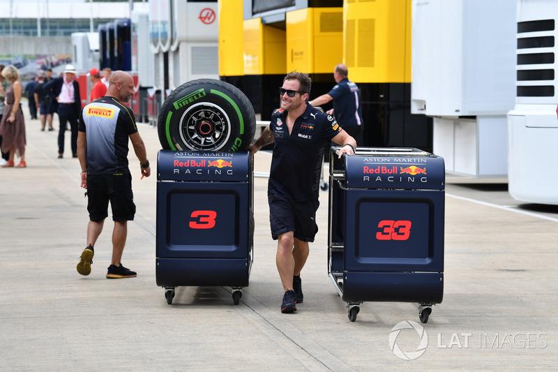 Meccanico Red Bull Racing con pneumatici Pirelli
