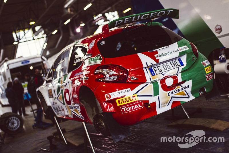 Peugeot 208 T16 di Paolo Andreucci nel paddock