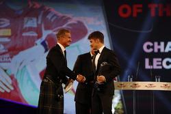 Charles Leclerc krijgt de award Rookie van het Jaar Chase Carey, met David Coulthard