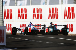Nick Heidfeld, Mahindra Racing, battles wit Oliver Turvey, NIO Formula E Team