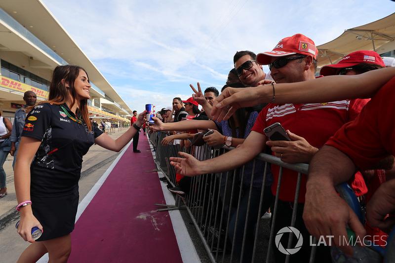 Дівчина і уболівальники Red Bull Racing