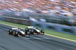 Mika Hakkinen supera David Coulthard McLaren MP4/13