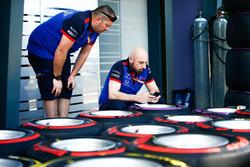 Les ingénieurs Scuderia Toro Rosso préparent les pneus tendres et hypertendres de Pirelli dans la voie des stands