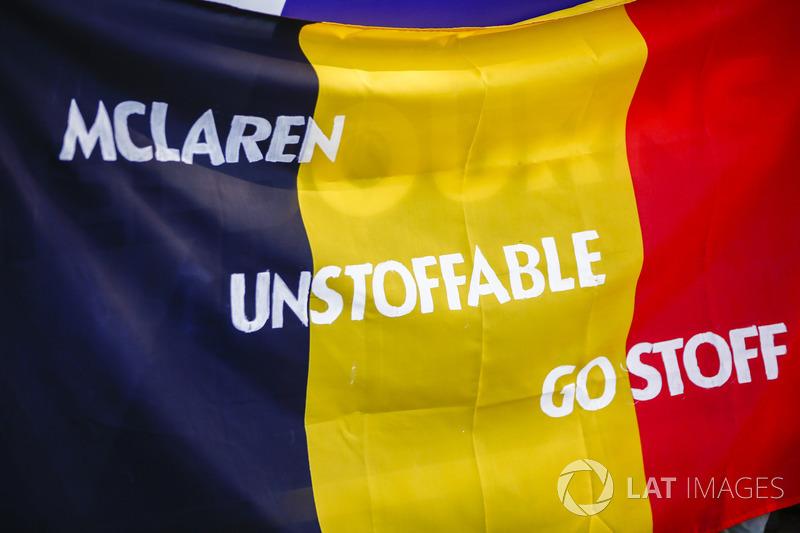 Bandiere dei fan a supporto di Stoffel Vandoorne, McLaren