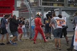 Sebastian Vettel, Ferrari SF71H, ridder te voet na zijn crash